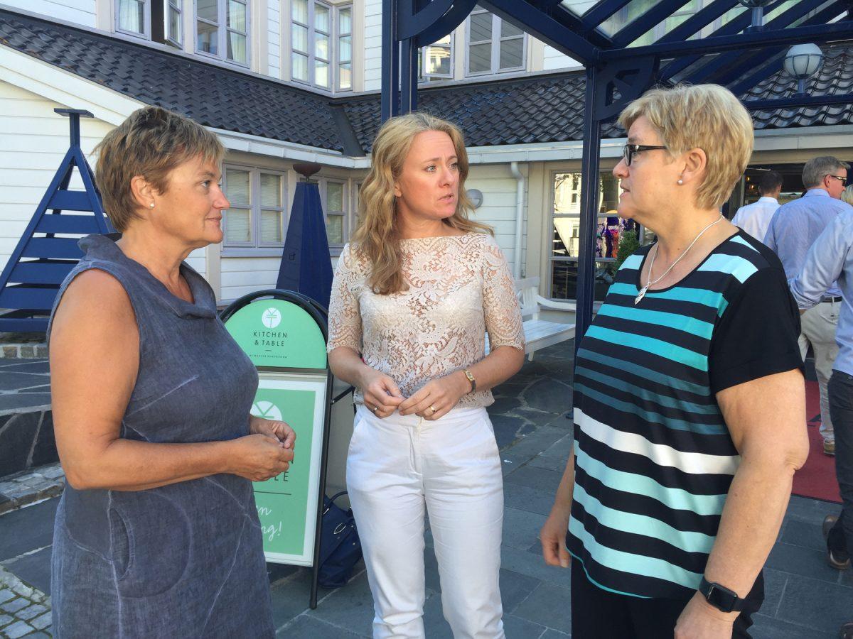 Stortingsrepresentant Rigmor Aasrud, arbeids- og sosialminister Anniken Hauglie og YS-leder Jorunn Berland står på gata i Arendal og diskuterer.