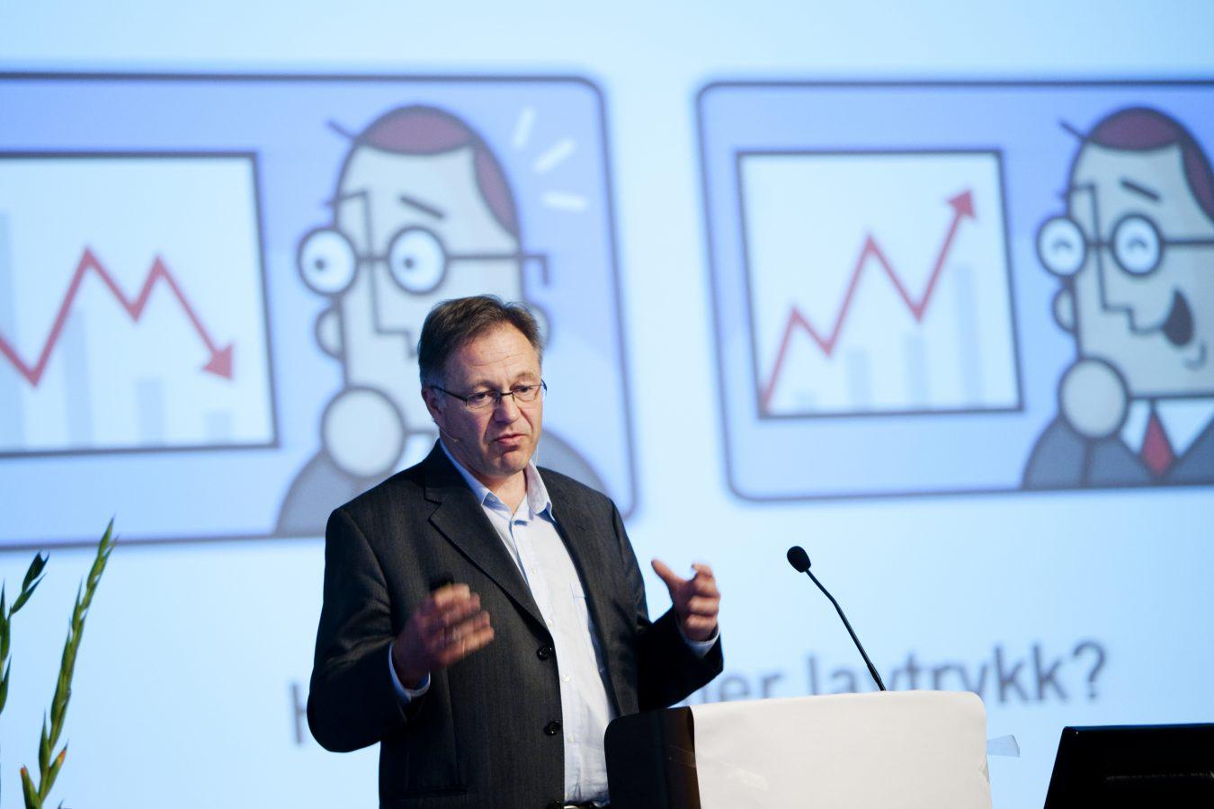 Arild Steen i AFI forteller om Arbeidslivsbarometeret på YS-konferansen