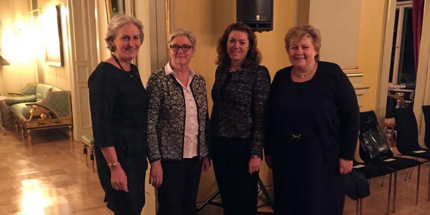 Fra venstre Virkes direktør Vibeke Hammer Madsen, YS-leder Jorunn Berland, NHO-sjef Kristin Skogen Lund og statsminister Erna Solberg står ved siden av hverandre i statsministerboligen.