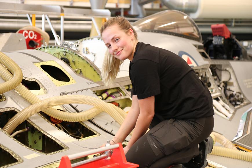 Med fagbrev som flysystemmekaniker kan Janne Handrum velge og vrake i jobber. Hun vil være kvalifisert som mekaniker for fly, helikopter, tog eller båt. Foto: Vetle Daler