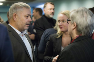 Ny YS-leder Erik Kollerud sammen med arbeidsminister Anniken Hauglie. Avgått YS-leder JOrunn berland med ryggen til.