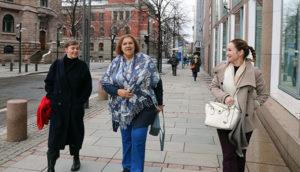 Myrtle Witbooi (midten) fikk en spasertur i regjeringskvartalet på vei til møtet i Arbeids- og sosialdepartementet (ASD), her sammen med Siv Bjelland (YS Media) og Linda Reinholtsen (LO).
